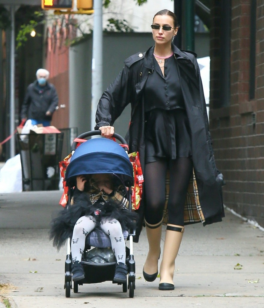 Irina Shayk returns to her apartment with daughter Lea after some food shopping