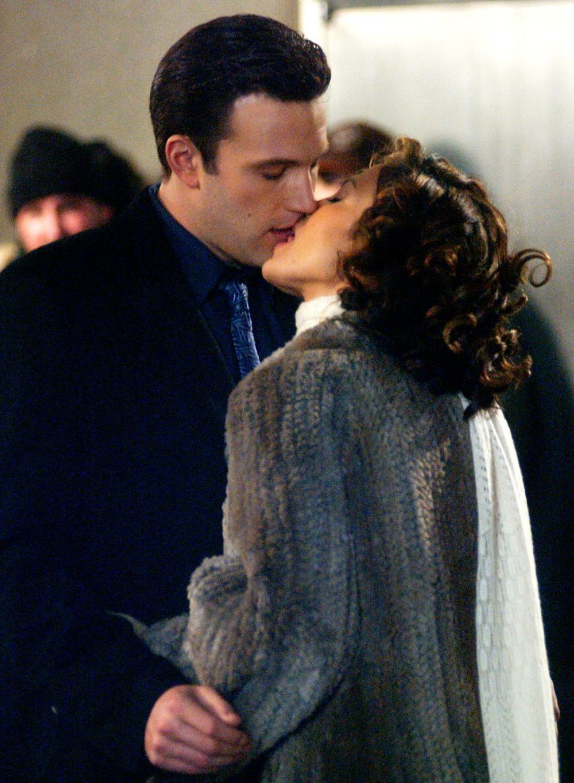 BEN AFFLECK AND JENNIFER LOPEZ KISS SCENE ON JERSEY GIRL SET NY