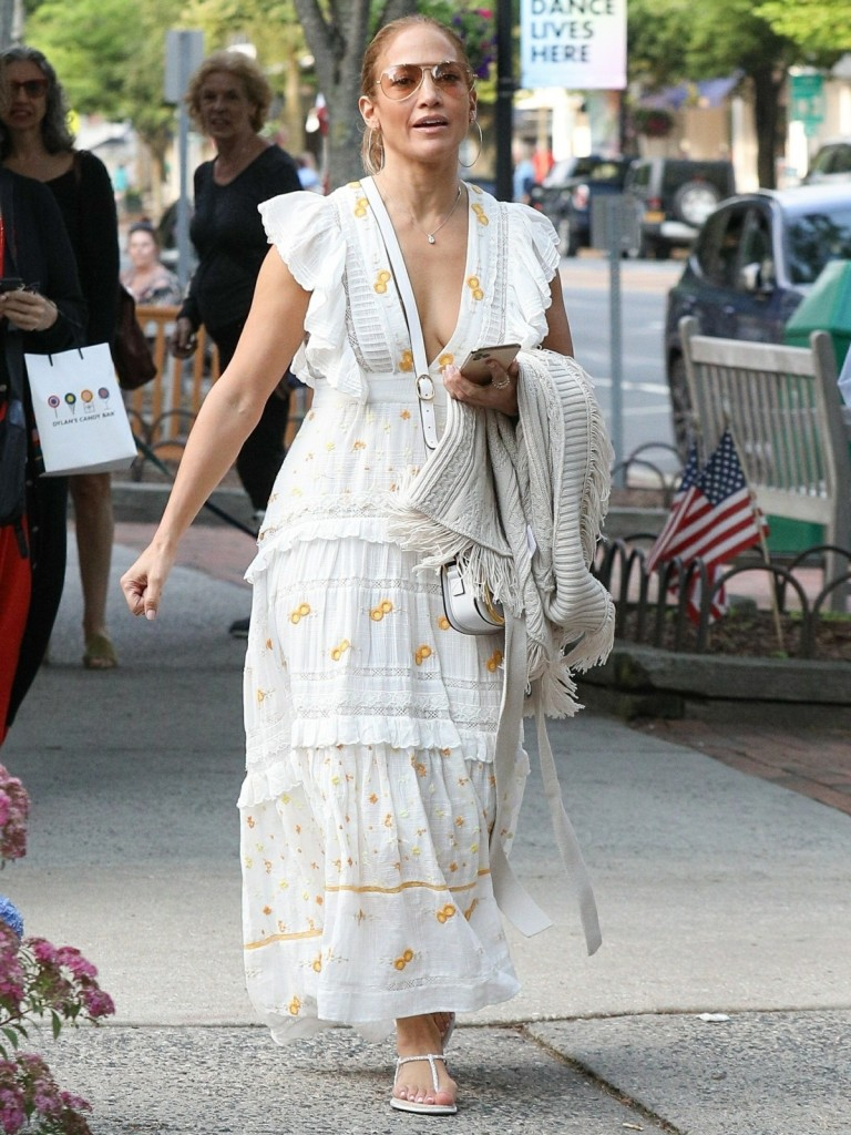 Jennifer Lopez goes shopping in The Hamptons with her sister Linda