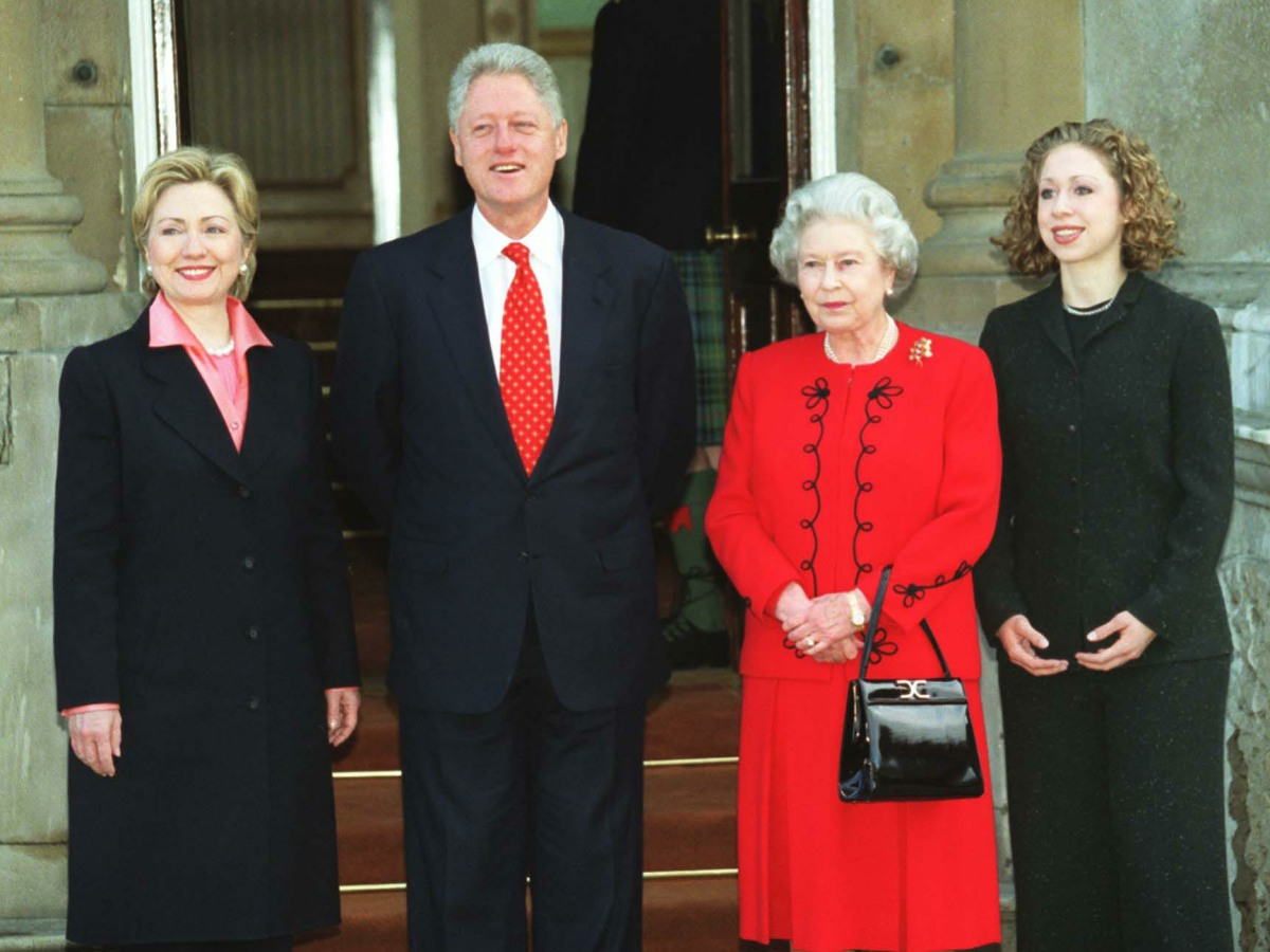 HM QUEEN ELIZABETH IIwith BILL CLINTONPresident of the USAhis wife HILARY and daughter CHELSEA at Buckingham Palace in London during the Clintons' final Presidential visit to EuropeCOMPULSORY CREDIT: UPPA/Photoshot PhotoUM 017965/B   14.12.2000