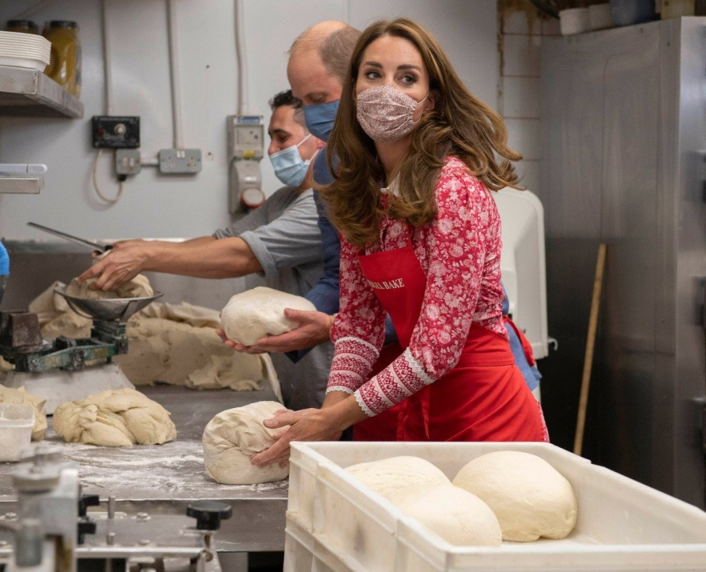 Britain's Prince William, Duke of Cambridge and his wife Britain's Catherine, Duchess of Cambridge knead dough during a visit to Beigel Bake Brick Lane Bakery in east London on September 15, 2020. - The 24-hour bakery was forced to reduce their opening ho